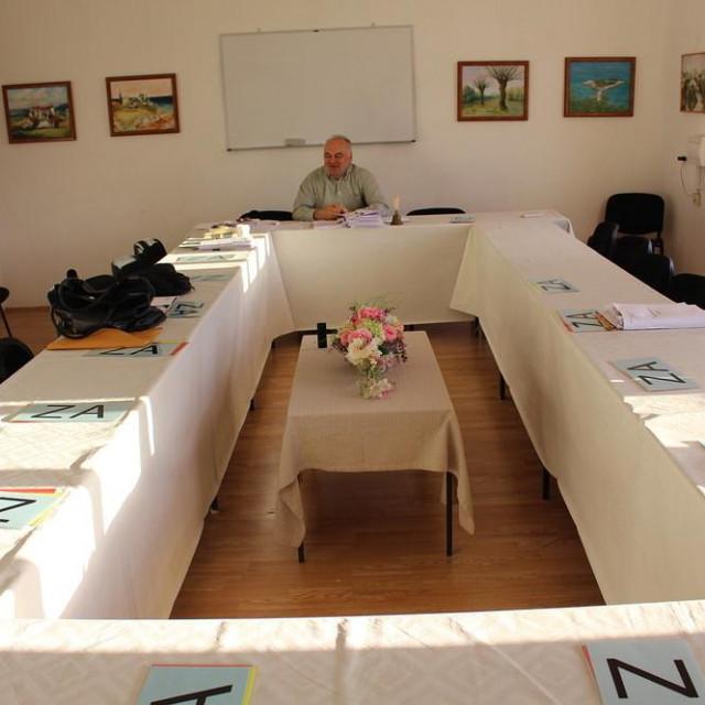 Predsjednik Vijeća Niko Orepić razmišlja o okupljanju vijećnika i održavanju sjednice u prostoru Doma kulture