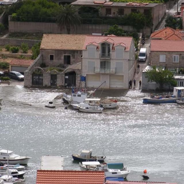 Plima u Veloj Luci poplavila ugostiteljske objekte i trgovine