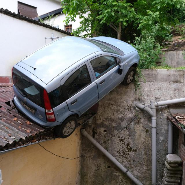 Automobil je probio ogradu kuce u Rokovoj 5 i zavrsio na krovu kuce.<br />