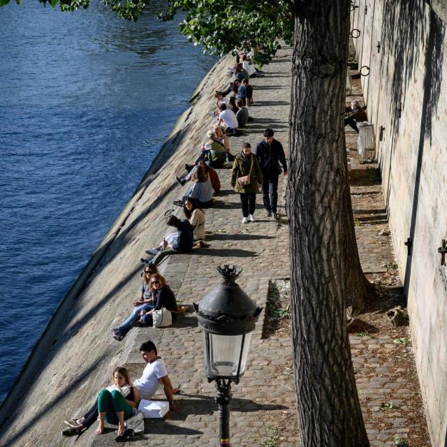 Ljudi se s oprezom okupljaju na obalama Seine