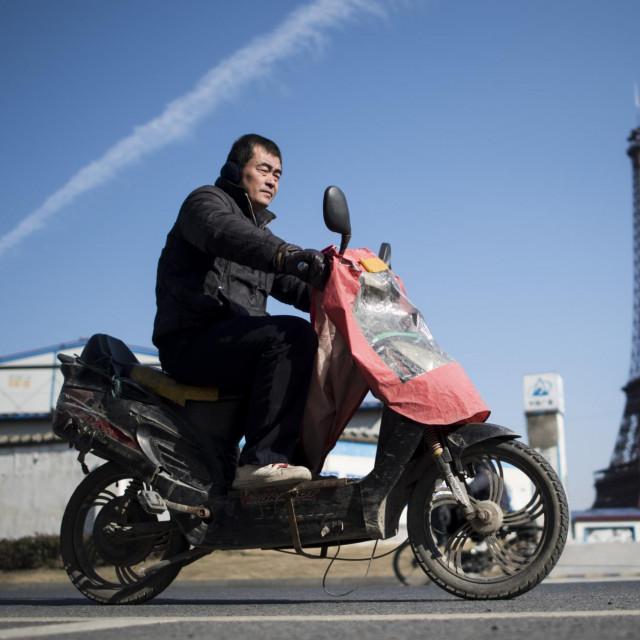 A pogledajte Pariza, a pogledajte Eiffelovog tornja usred grada, i Parižanina na motociklu, a sve bez da mrdneš iz Tianduchenga. Ovaj je toranj mrvu manju, ide u visinu tek 108 metara. Pa je, mogao je bit malo viši...