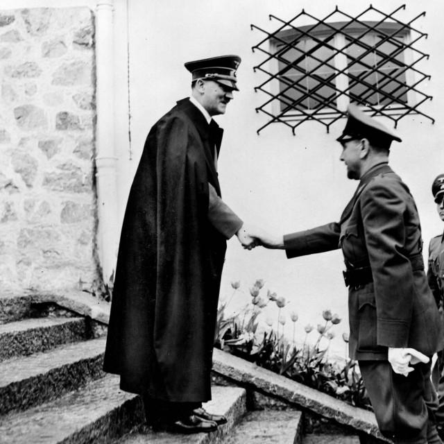 Guerre 1939-1945. Adolf Hitler (1889-1945), homme d'Etat allemand, recevant au Berghof le chef de l'Etat croate Ante Paveliç. Berchtesgaden. 8 juin 1941. RV-360392