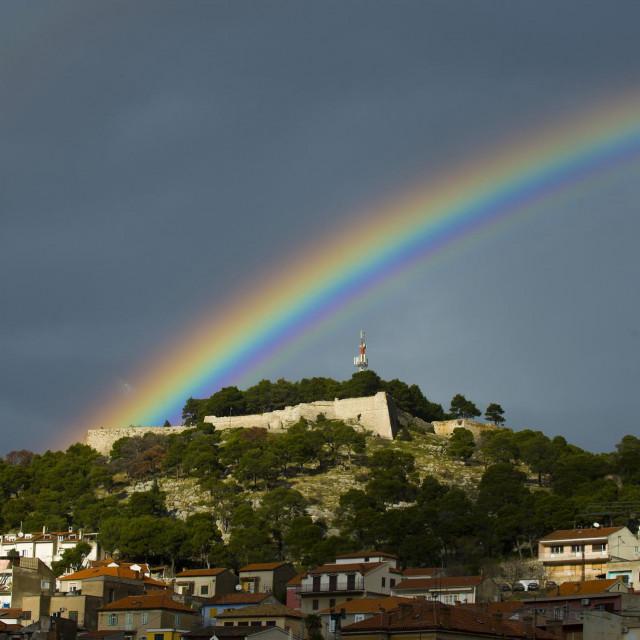 Sibenik, 271213.<br /> Duga koja se pojavila na nebu iznad Sibenika prividno je spojila dvije tvrdjave sveti Ivan i Barone.<br />