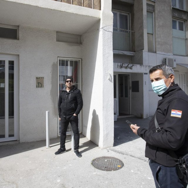 Split, 25032020<br /> Izdavanje propusnica za kretanje po gradskim kotarevima.<br /> Na fotografiji: Zoran Perkovic i Mario Ercegovic ispred zatvorenih vrata gradskog kotara Kocunar.<br />