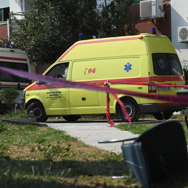 Split, 120420.<br /> Nakon sto je ujutro odgodjena u popodnevnim satima zapocela je evakuacija 150 sticenika Doma za starije i nemocne u Vukovarskoj ulici zbog koronavirusa. Sticenici ce biti evakuirani u makarsku bolnicu Biokovka.<br />