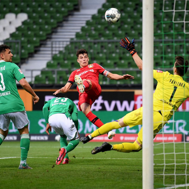 TOPSHOT - Leverkusen's German midfielder Kai Havertz (C) scores the opening goal during the German first division Bundesliga football match Werder Bremen v Bayer 04 Leverkusen on May 18, 2020 in Bremen, northern Germany as the season resumed following a two-month absence due to the novel coronavirus COVID-19 pandemic. (Photo by Stuart FRANKLIN/POOL/AFP)/DFL REGULATIONS PROHIBIT ANY USE OF PHOTOGRAPHS AS IMAGE SEQUENCES AND/OR QUASI-VIDEO