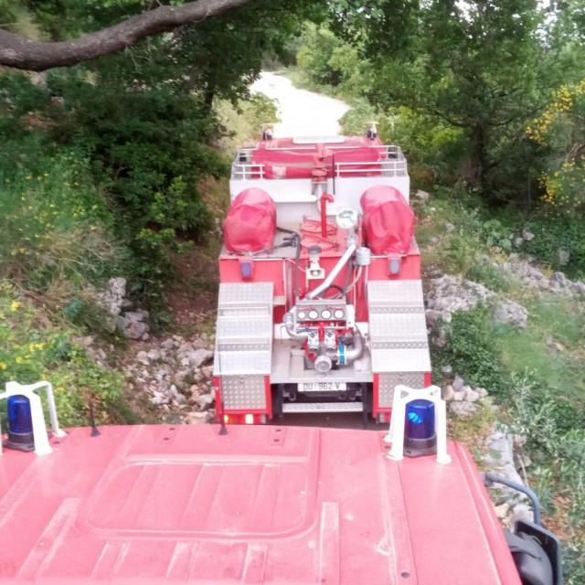 Požar u Knežici, na intervenciju izašlo 14 vatrogasaca