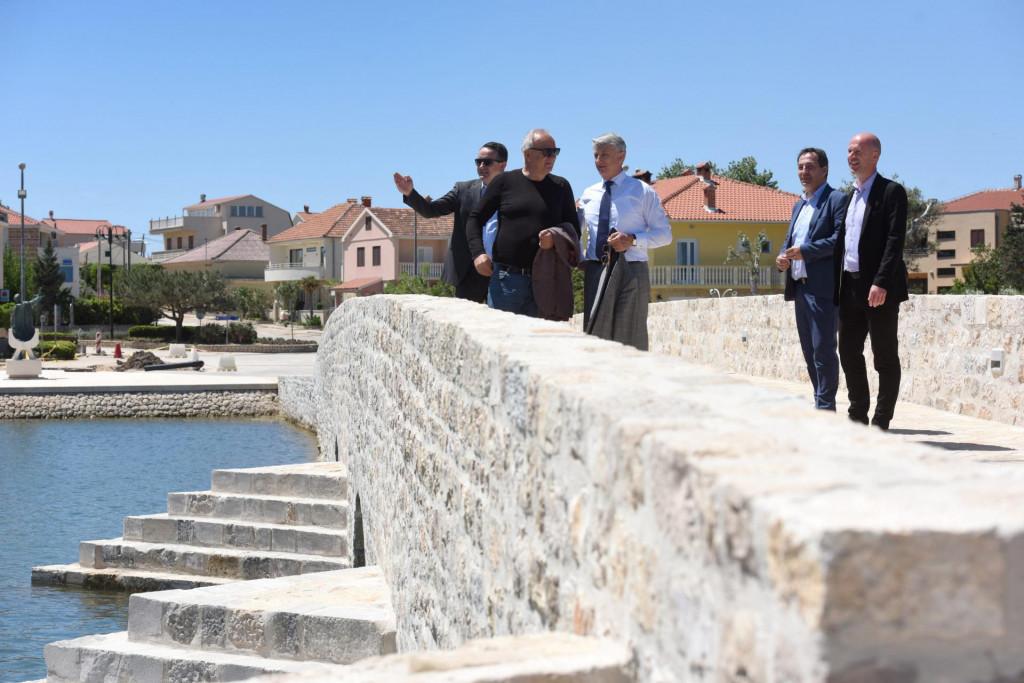 Župan Božidar Longin sa suradnicima, ravnateljem ŽLU Davorom Škibolom te gradonačelnikom Nina, Emilom Ćurkom, posjetio je kapitalne ninske projekte od toga i zavrseni Donji most te setnicu Petra Krešimira IV.<br />