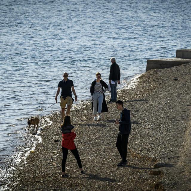 Sibenik, 300420.<br /> Gradjani u setnji uz more na plazama i rivi uzivaju u poslijepodnevnom suncu pridrzavajuci se razmaka kao mjeru u borbi protiv koronavirusa.<br />