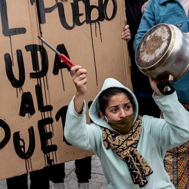 Prosvjedi su se u trenu proširili Čileom, na fotografiji je žena iz La Pintane, dijela Santiaga