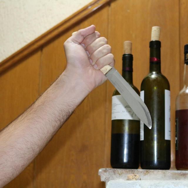 Nasilni otac nožem je nasrnuo na 13-godišnjeg sina (Ilustracija)