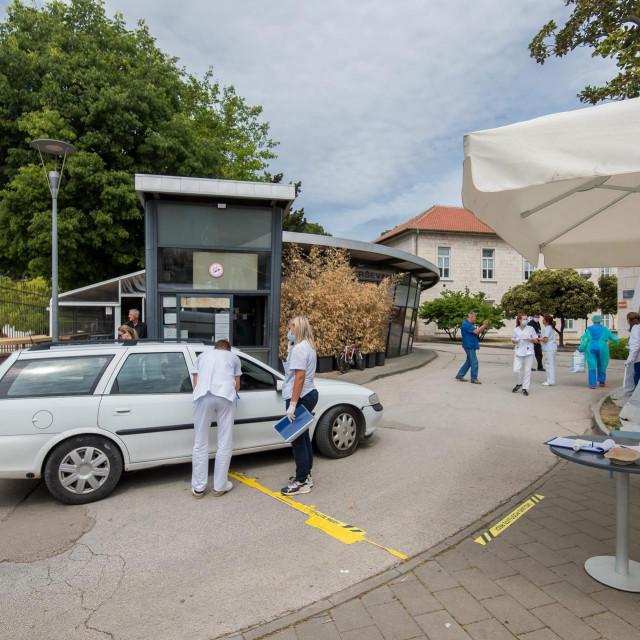 Zadar, 050520<br /> Unatoc popustanju mjera borbe protiv koronavirusa, na ulazu u kompleks zadarske Opce bolnice i dalje je na snazi stroga kontrola.<br />