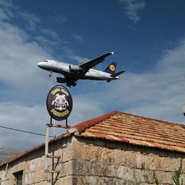 Zrakoplov Lufthanse nadKkonavlima prije slijetanja na dubrovački aerodrom
