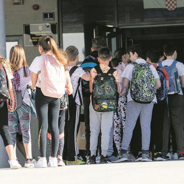 """Prvog dana obavezne škole u """"novom normalnom"""", u klupe je sjelo oko 125.000 učenika razredne nastav"""