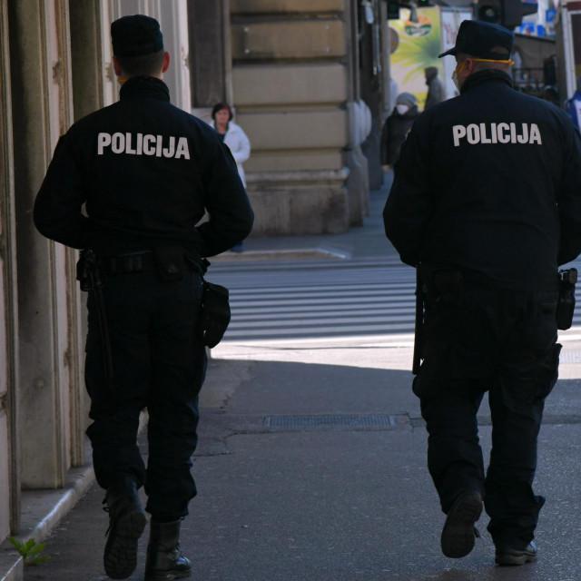 Rijeka, 230320<br /> Riva boduli.<br /> Patrole policije u centru grada. Pojacana prisutnost policije ukazuje na nove, strozije, mjere zastite od koronavirusa.<br />