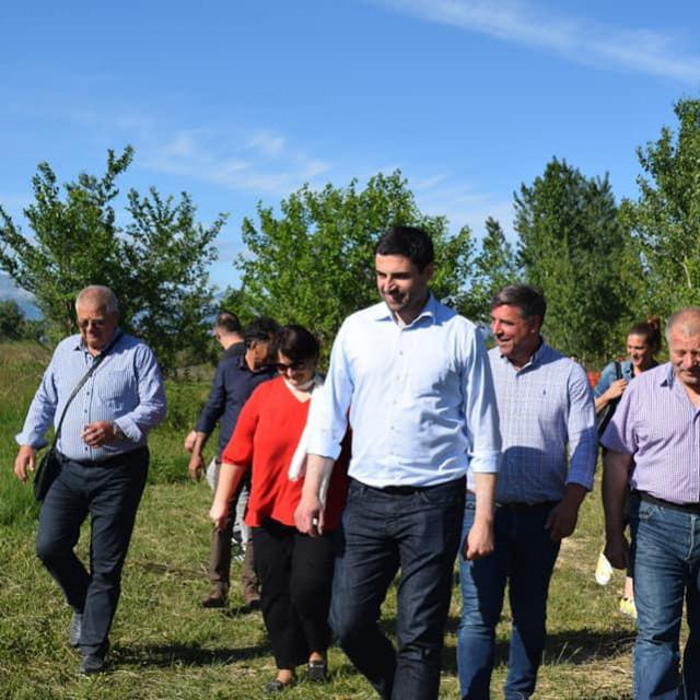 Plantaža industrijske konoplje u Smilčiću: Davor Bernardić u sredini, Goran Perović Mungos desno