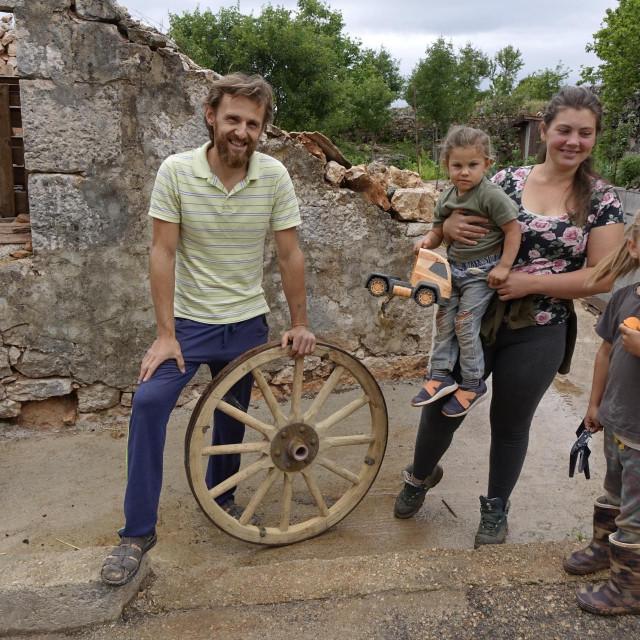 Slavonac Josip i Dalmatinka Elena, sa sinom Neom i kćerkom Anastom
