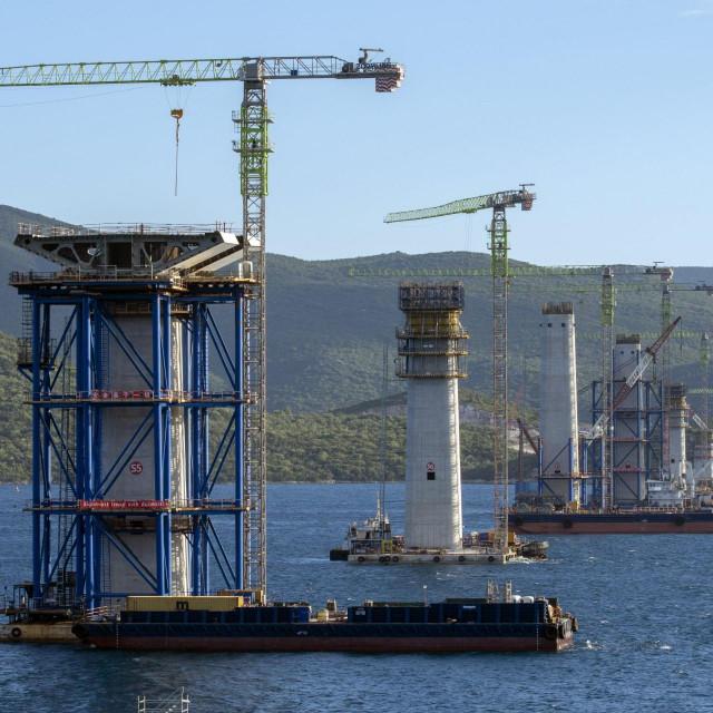 Komarna, 250520.<br /> Premijer Andrej Plenkovic na gradilistu mosta Peljesac.<br /> Na gradilistu mosta Peljesac prvi elementi rasponske konstrukcije dignuti su dizalicom i postavljeni na stup S5 Peljeskog mosta.<br />