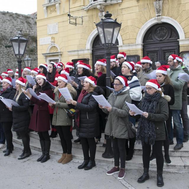 Zbor HNK nastupio je ispred teatra u prosincu, Orkestar će za Splićane zasvirati večeras<br />