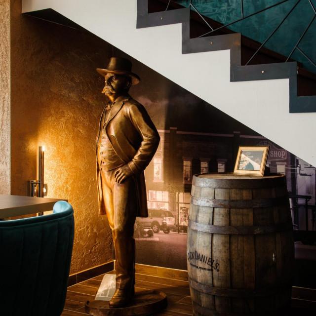 Jack Daniel sve promatra ispod stubišta