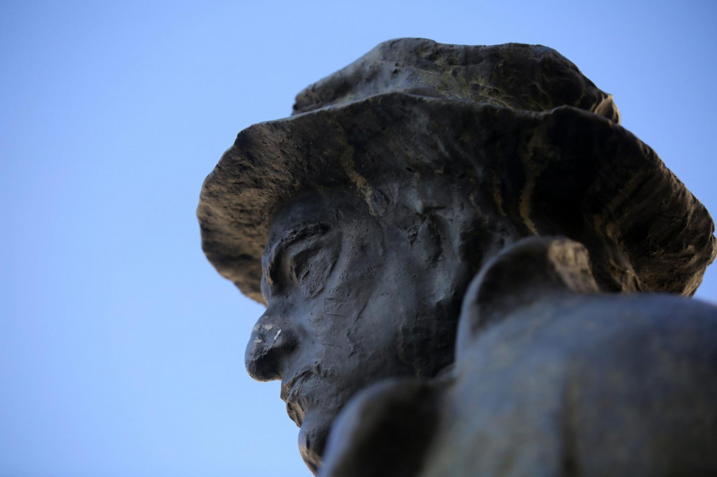 Spomenik Tinu Ujeviću u Imotskome
