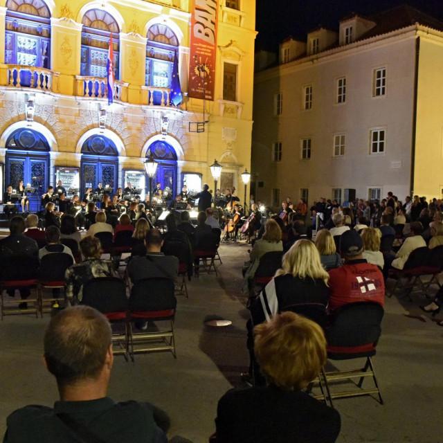 Orkestar HNK Split održao je besplatni koncert ispred zgrade kazališta kao poklon građanima povodom Dana državnosti