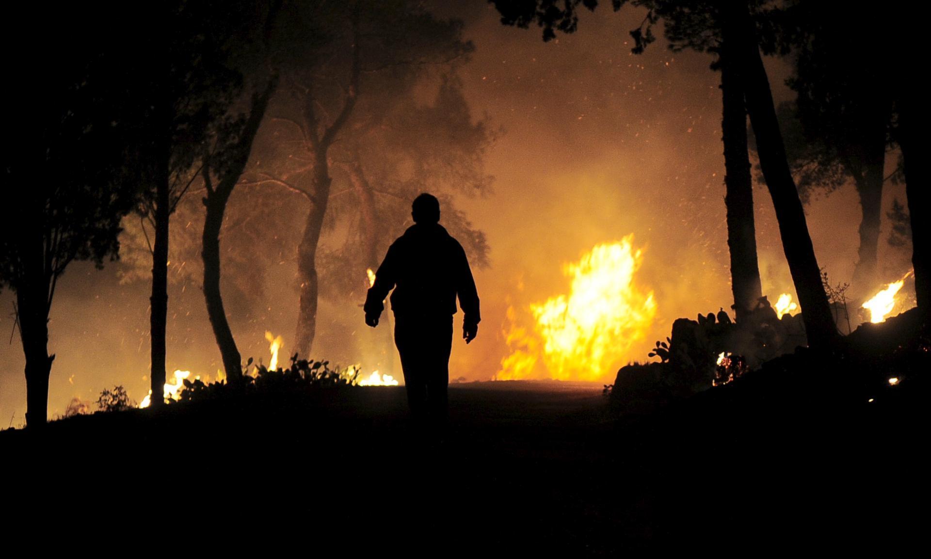 Požar na Braču zahvatio minski sumnjivo područje, čule se detonacije