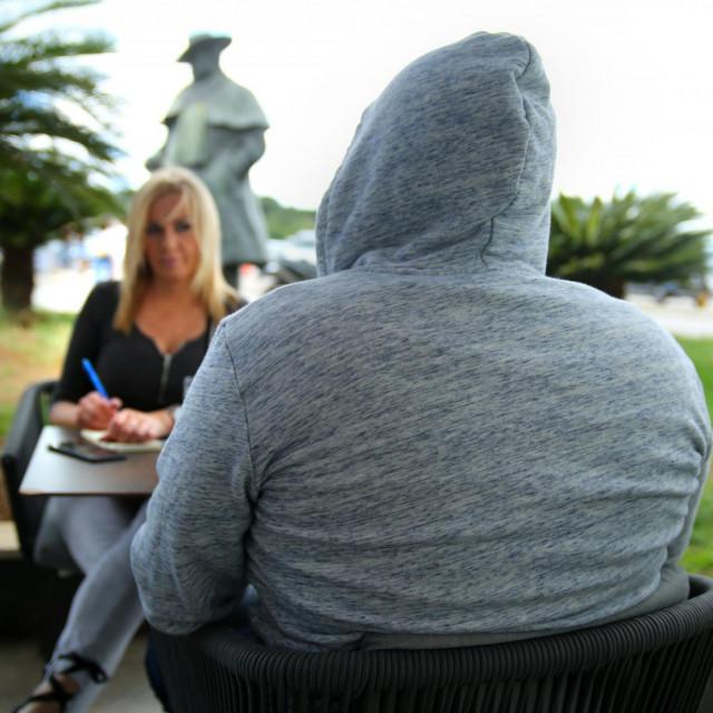 Bivši član Jehovinih svjedoka iznosi svoju priču novinarki 'Slobodne' Lenki Gospodnetić u kafiću ispred spomenika Orsonu Wellesu