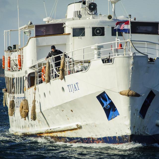 Sibenik, 060117.<br /> Jedni brod koji je jutros po orkanskoj buri uplovio u sibensku luku je Jadrolinijin brod Tijat, izgradjen 1955 najstariji putnicki brod na Jadranu koji dovezao otocane sa Zlarina i Prvica.<br />