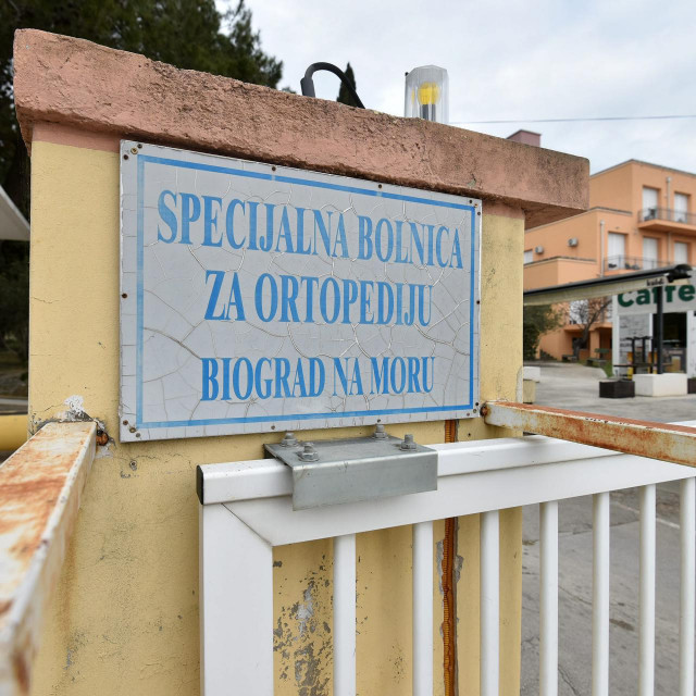 Biograd, Zadar, 260320<br /> Trenutna odluka Zupanijskog stozera civilne zastite je da grad Biograd zasad nece pod karantenu no Specijalna bolnica za ortopediju je zatvorena na 14 dana.<br /> Na fotografiji: Specijalna bolnica za ortopediju u Biogradu na moru.<br />