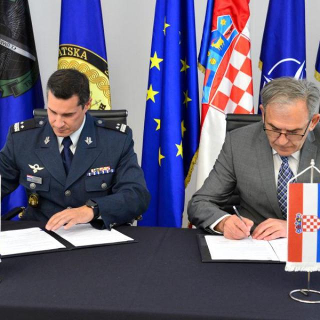 U Ministarstvu obrane u Zagrebu u ponedjeljak, 1. lipnja 2020. godine potpisan je Tehnički sporazum o materijalnoj, logističkoj, administrativnoj i personalnoj potpori kojim će Ministarstvo obrane RH pružati Međunarodnom središtu za obuku specijalnih zračnih snaga. |