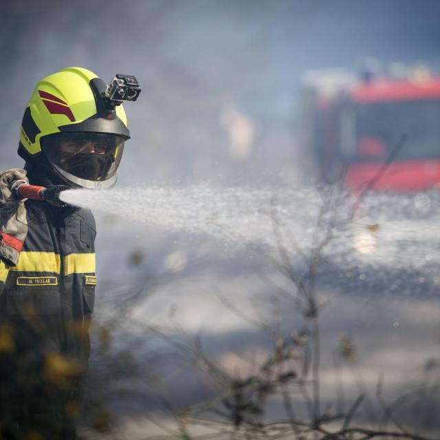U gašenju požara u Sućurcu sudjelovalo je 50 vatrogasaca s 15 vozila