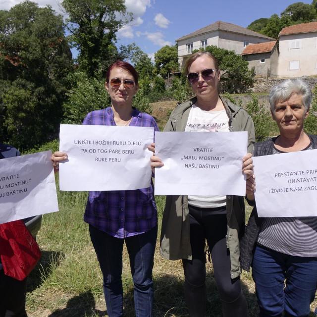 Poruke ispisane na transparentima poslane Hrvatskim vodama