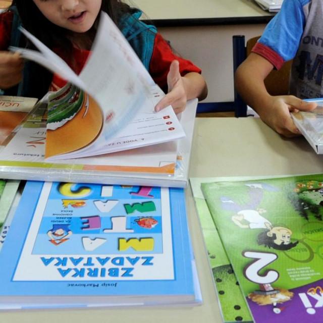 Učenike osnovnih škola, kao i ove školske godine, knjige će dočekati na klupama prvog dana škole