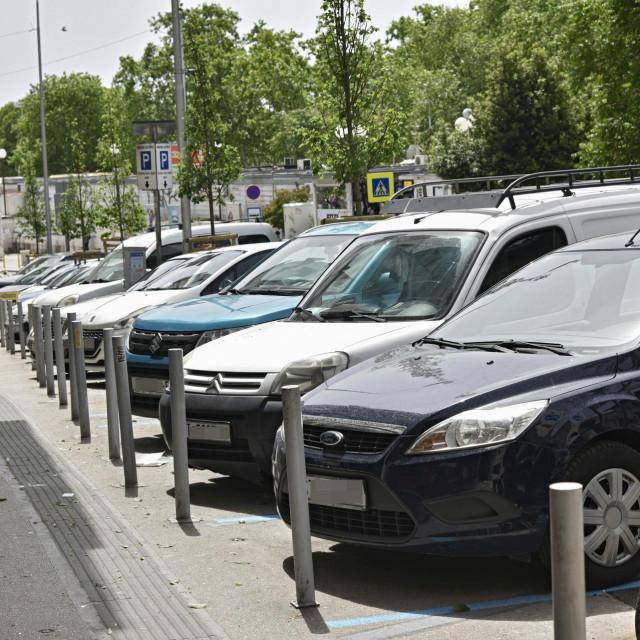 Gradska parkirališna mista poskupila su za kunu, a trake na Rivi za cilih pet kuna. Jer je, evo, počela sezona<br />