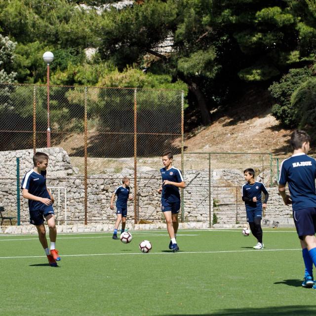 """Akademije HNK Hajduk """"Luka Kaliterna"""" Dio mlađih kategorija prebacen je na igrališta splitskih kvartova koji imaju terene s umjetnom travom, a za početak su to kvartovi Mertojak, Blatine, Brda, Ravne njive i Mejaši."""