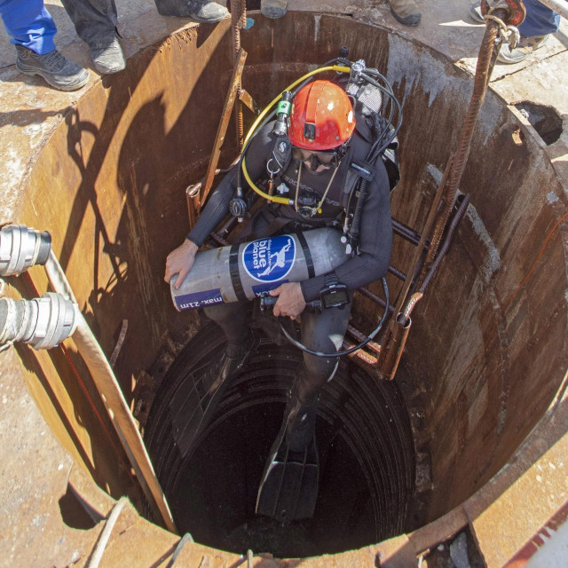 Ronioci za podvodne radove i strucnjaci za miniranje iz Rudarsko-geolosko-naftniog fakulteta te nekoliko tvrtki izvode miniranja u pilotima Peljeskog mosta.<br />