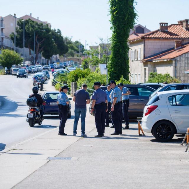 Dubrovnik, 040620.<br /> Sinoc,3. lipnja, u 23:05 sati u obiteljskoj kuci u Postarnjskoj ulici u Dubrovniku 37-godisnjak je iz vatrenog oruzja pucao u 68-godisnjaka i 67-godisnjakinju koji su zadobili teske tjelesne ozljede.<br /> Na fotografiji: Policija pretrazica okolicu.<br />