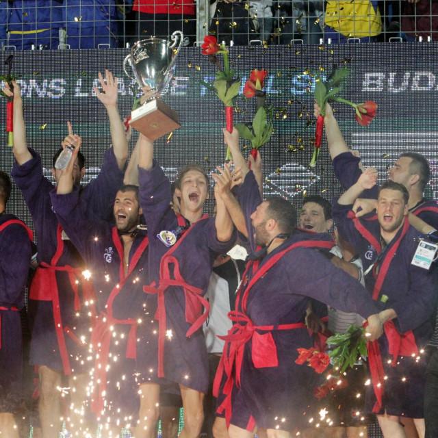 Marko Bijač je podigfao pokal prvaka Europe, 'eksplodirali' su u tom trenutku Jugaši foto: Tonči Vlašić