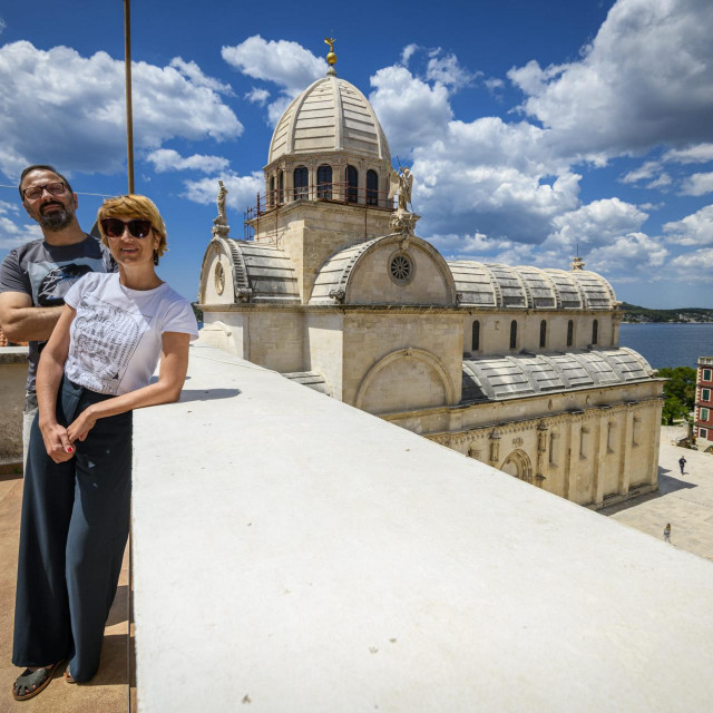 Sibenik, 020620.<br /> Arhitekti Ivana Lozic i Marko Paic iz arhitetonskog studia 25 zarez 4 mm, na svom balkonu sa pogledom na katedralu Svetog Jakova.<br />