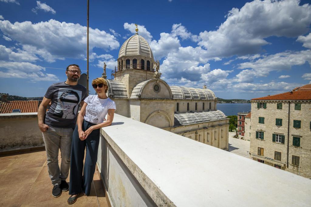 Arhitekti Ivana Lozić i Marko Paić na svojem balkonu s pogledom na katedralu svetog Jakova<br />