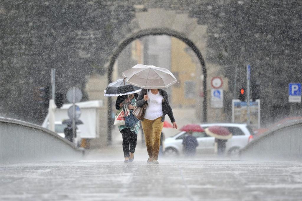 Jako jugo i kiša od jutra stvaraju probleme u prometu