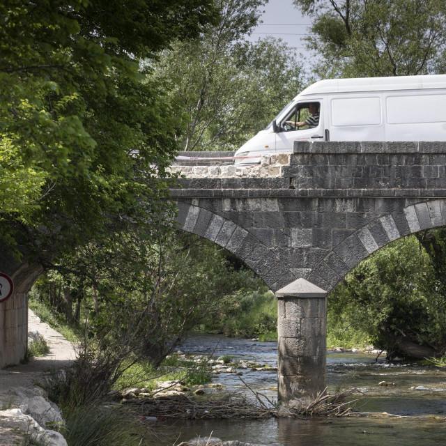 Urušena ograda kamenog mosta na Rakitama koja će se sljedećeg tjedna sanirati