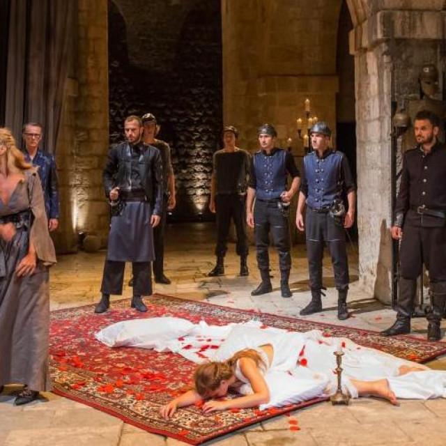 Dubrovačke ljetne igre na Prvom online kazališnom festivalu Jutarnji.hr 7. lipnja u 21 sat predstavljaju se sa Shakespeareovim 'Othellom' s tvrđave Lovrjenac u režiji Ivice Boban.