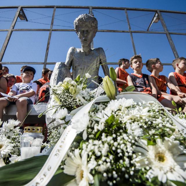 Sibenik, 070620.<br /> U povodu 27. obljetnice tragicne smrti Drazena Petrovica, kod Drazenovog spomenika polozili su se vijenci i zapalile svijece.<br />