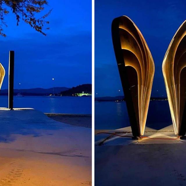 """Na plaži Luke u Murteru podignut je """"virtualni teleporter"""" – komunikator između dvije države u obliku dvije stilizirane periske visoke približno četiri metra."""