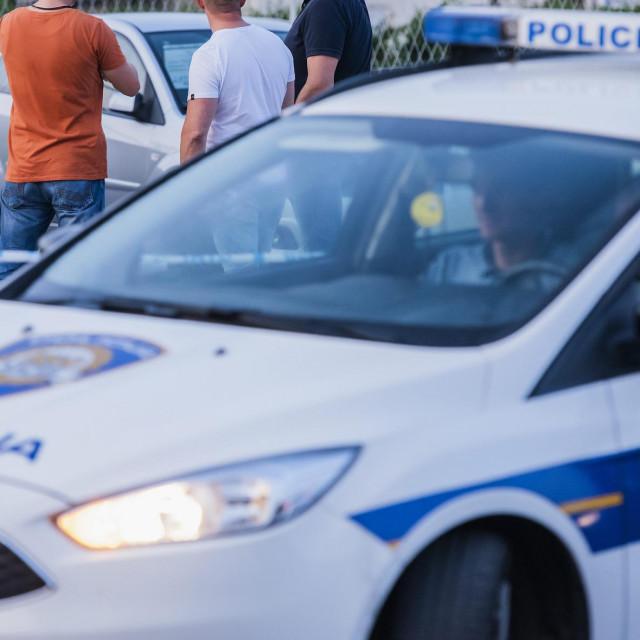 Zagreb, 250819.<br /> Samoborska cesta.<br /> Prema nesluzbenim informacijama, u automobilu je bila postavljena bomba koja nije imala detonator.<br /> Na fotografiji: policijski ocevid.<br />