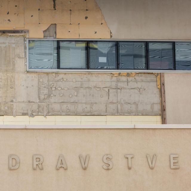 Više puta oštećeni istočni zid Zdravstvene škole