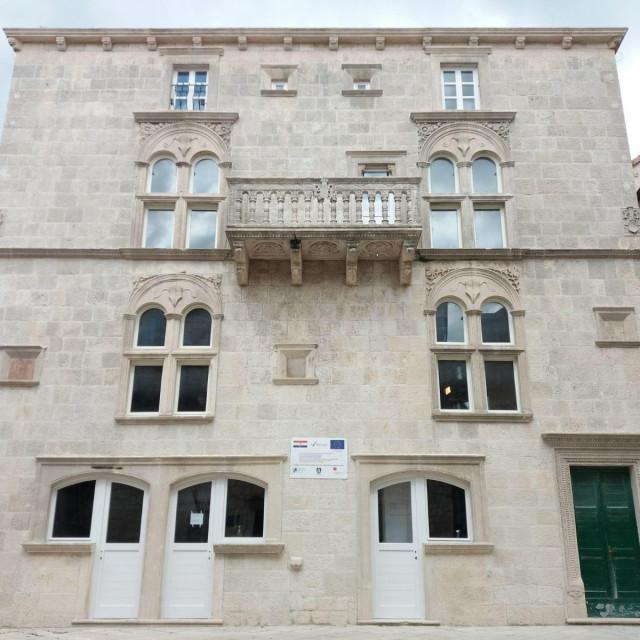 Tijekom procesa istraživanja palače Gabriellis otkriveno je 13 slojeva zidnog oslika na istočnom dijelu drugog kata palače koji datiraju od 17. do 20. stoljeća