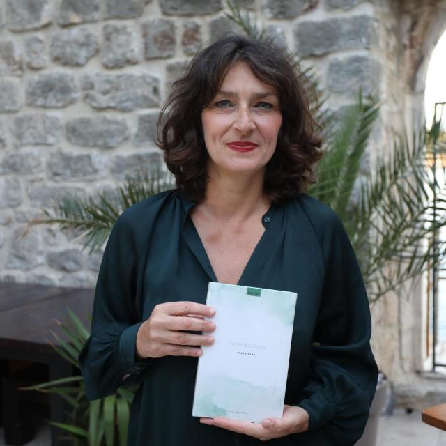 """Pjesnikinja Staša Aras u Art radionici Lazareti predstavila je novu i treću zbirku pjesama """"Premještanja"""""""